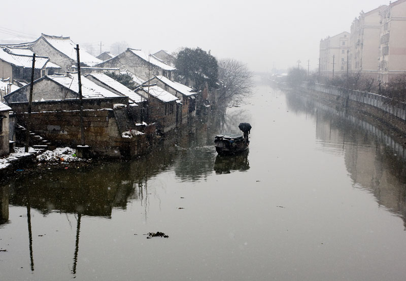 JL032_JiaShan_waterway_n_ Hutong_boatman